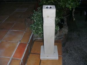 Diese 80 cm hohe Steinfackel leuchtet bei meinem Bruder in Löhne