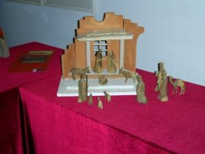 In der Ruinenkrippe steht eine aus Olivenholz geschnitze Gruppe