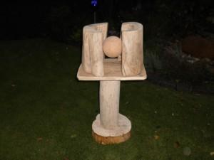 Gott hat sein Werk vollendet Die Skulptur zeigt die fertige Erdkugel ( aus Ton ) zwischen den Elementen Himmel und Wasser An Hölzer wurden Essigbaum, Kastanie und Eiche eingesetzt